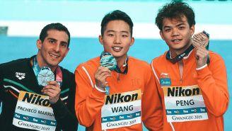 Rommel Pacheco celebra en el podio de Gwangju
