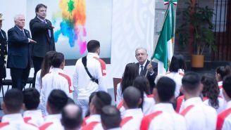 AMLO hace entrega de la bandera de México