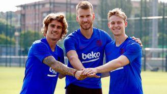 Griezmann, De Jong y Neto posan para las cámaras del Barcelona