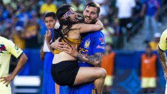 Aficionada abraza a Gignac durante el Campeón de Campeones