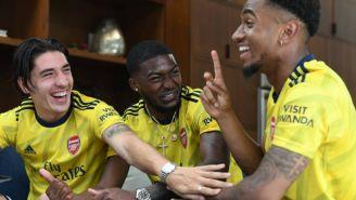 Los jugadores del Arsenal durante una sesión de fotos con la nueva playera del equipo