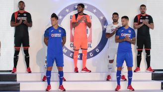Futbolistas de Cruz Azul modelan la nueva playera de local