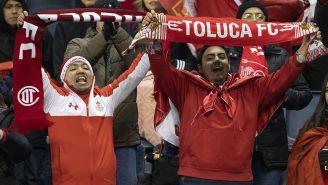 Aficionados del Toluca apoyan durante partido