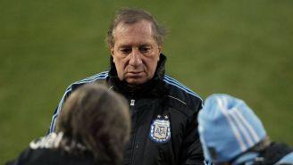 Carlos Bilardo, durante una práctica con la Albiceleste