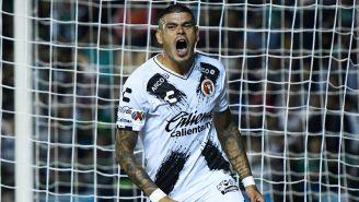 Gustavo Bou festeja un gol con Xolos