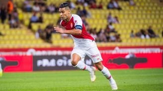 Radamel Falcao disputa un juego con el Mónaco