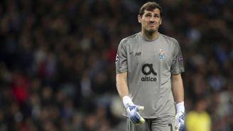 Iker Casillas, durante un duelo con el Porto