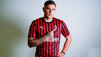 Theo Hernández posa con la camiseta del Milan