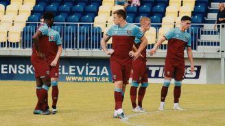 Jugadores del West Ham se lamentan tras perder vs Newcastle
