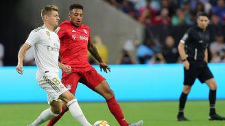 Tony Kroos toca el balón contra Bayern
