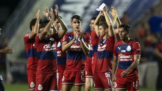 Jugadores de Chivas aplauden tras el juego vs Fiorentina