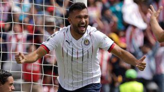 Hedgardo Marín celebra un gol con Chivas