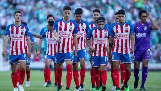 Jugadores de Chivas caminan desanimados luego de la derrota con Santos