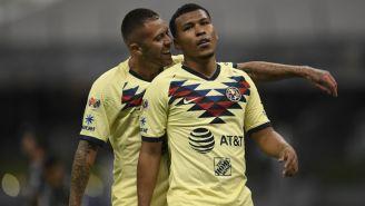 Ménez intenta festejar con Roger Martínez su gol vs Rayados