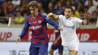 Antoine Griezmann y Pedro pelean el balón en amistoso