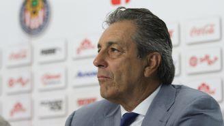 Tomás Boy en una conferencia de prensa de Chivas