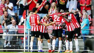 Jugadores del PSV festejan gol contra Basel