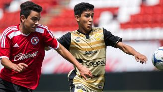Mirsha Herrera disputa un balón en juego de Dorados