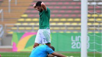 Jugador de México se lamenta tras fallar su remate en el arco rival