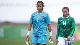 Cecilia Santiago y Katty Martínez al final del juego contra Paraguay