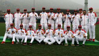 Equipo varonil de softbol presume su medalla de Bronce