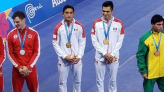 Iván García y Kevin Berlín posan con la medalla de oro