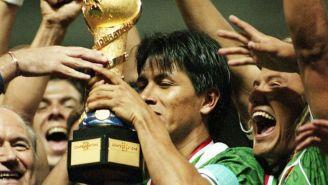 Claudio levanta el trofeo de la Copa Confederaciones de 1999