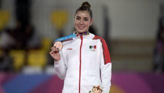 Dafne Navarro posa con la medalla de Bronce que ganó en Lima 2019
