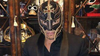 Rey Mysterio posa una foto para sus redes sociales