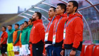 Jaime Lozano en la ceremonia de los himnos nacionales en el juego ante Honduras