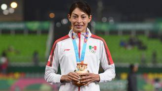 Laura Galván posa con la medalla de oro en Lima
