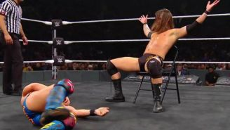 Adam Cole se burla de Johnny Gargano