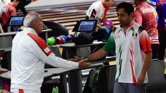 Arturo Quintero saluda a su entrenador