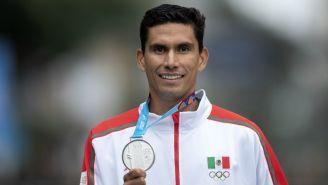 Horacio Nava muestra con orgullo su metal plateado