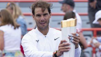 Rafael Nadal sostiene el trofeo después de vencer a Daniil Medvedev