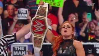 Becky Lynch muestra el cinturón tras ganar el combate