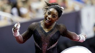 Simone Biles celebra tras su rutina