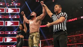 Andrade al consagrarse con la victoria en el Monday Night RAW