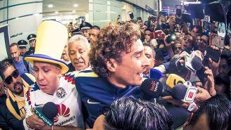 Memo Ochoa, en su llegada al aeropuerto de la CDMX