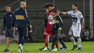 Miguel Fraga es llevado fuera del campo para ser atendido tras el choque