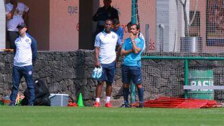 Bryan Angulo observa un juego del equipo Sub 20 junto a Joaquín Beltrán