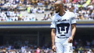 Carlos González durante un juego con Pumas