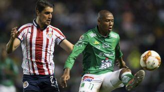 Jugadores de Chivas y León festejan un balón