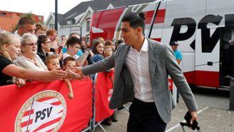 Erick Gutiérrez saluda a la afición previo al arranque de un juego