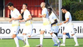 Héctor Moreno celebra  un gol con sus compañeros en un partido amistoso