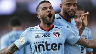 Alves festeja gol con Sao Paulo