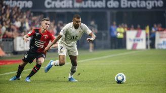 Mbappé conduce el balón contra Rennes