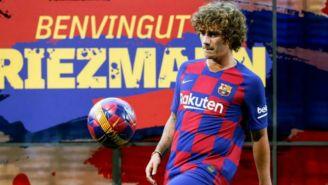 Griezmann domina el balón en su presentación con el Barcelona