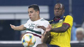 Renato Ibarra (derecha), en un juego entre Ecuador y el Tri