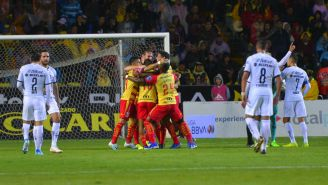 Jugadores de Morelia celebran gol contra Pumas